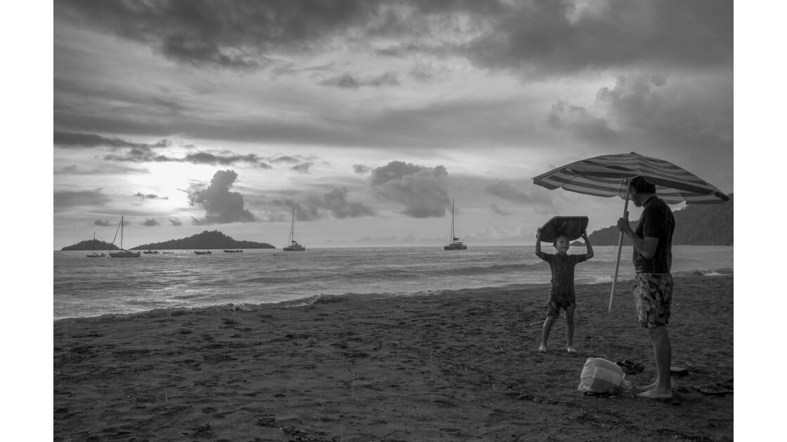 Sur la plage sous l'averse