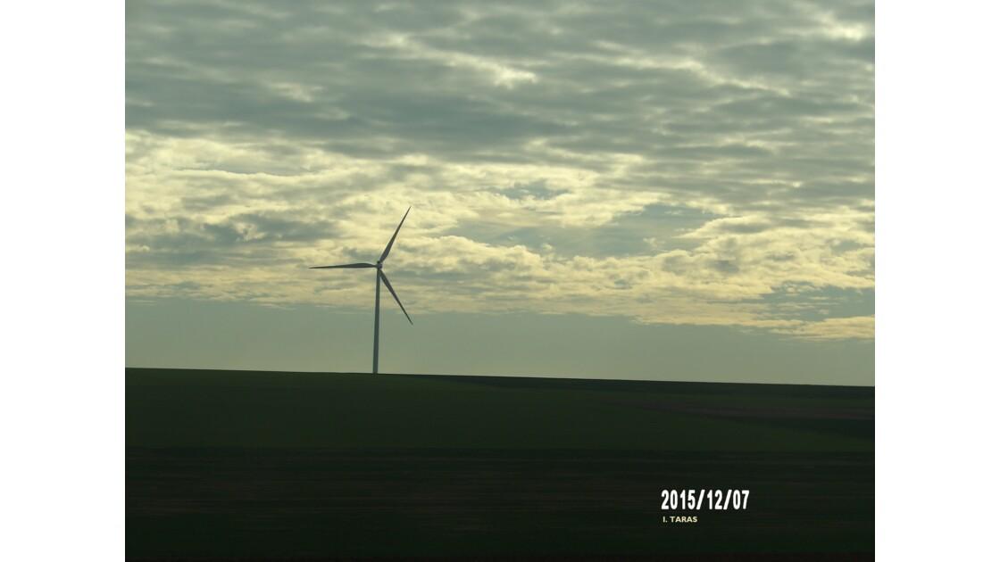 Coucher de soleil sur une éolienne