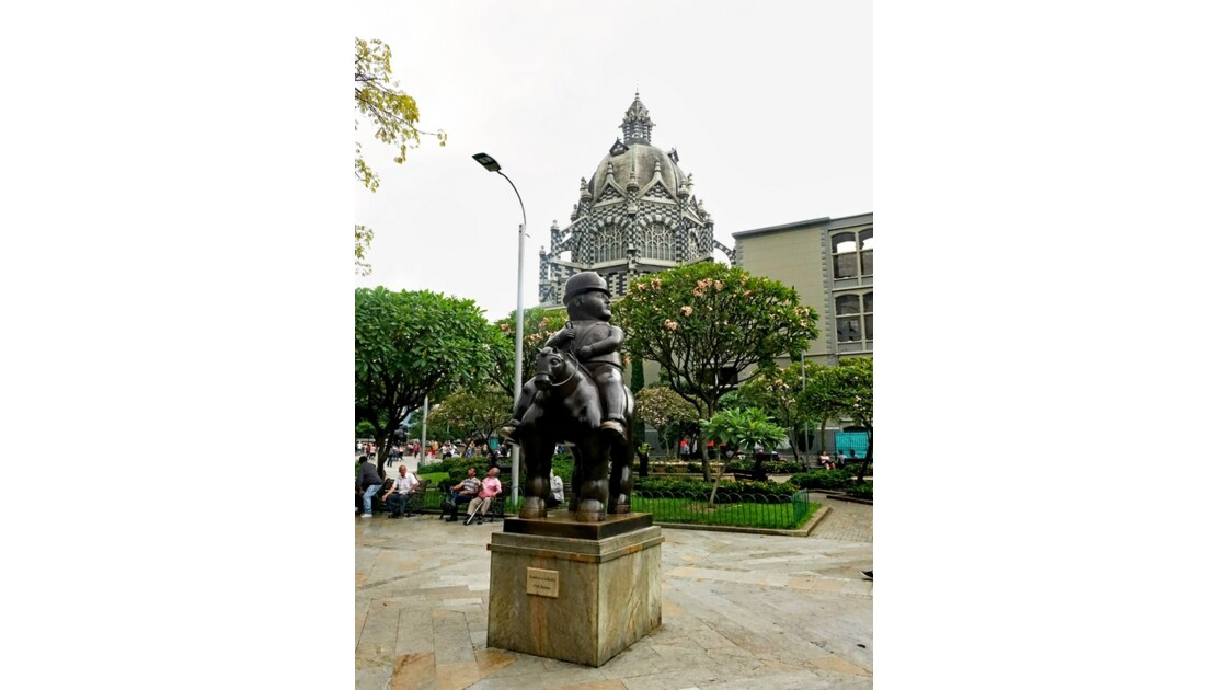 Colombie Medellin Place Botero Hombre a Cabalo 2