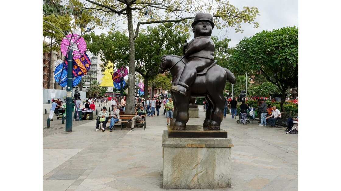 Colombie Medellin Place Botero Hombre a Cabalo 3