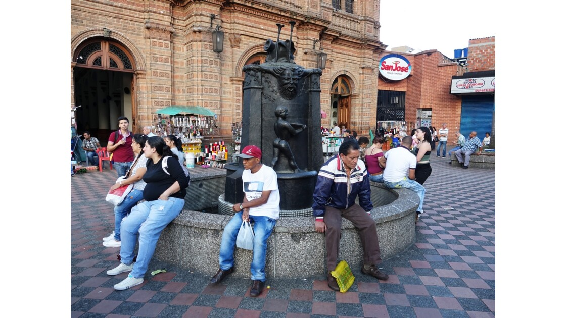 Colombie Medellin La fontaine de l'Iglesia de San José 1