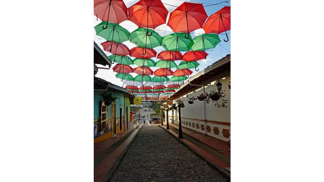 Colombie Guatapé rue des parapluies 1