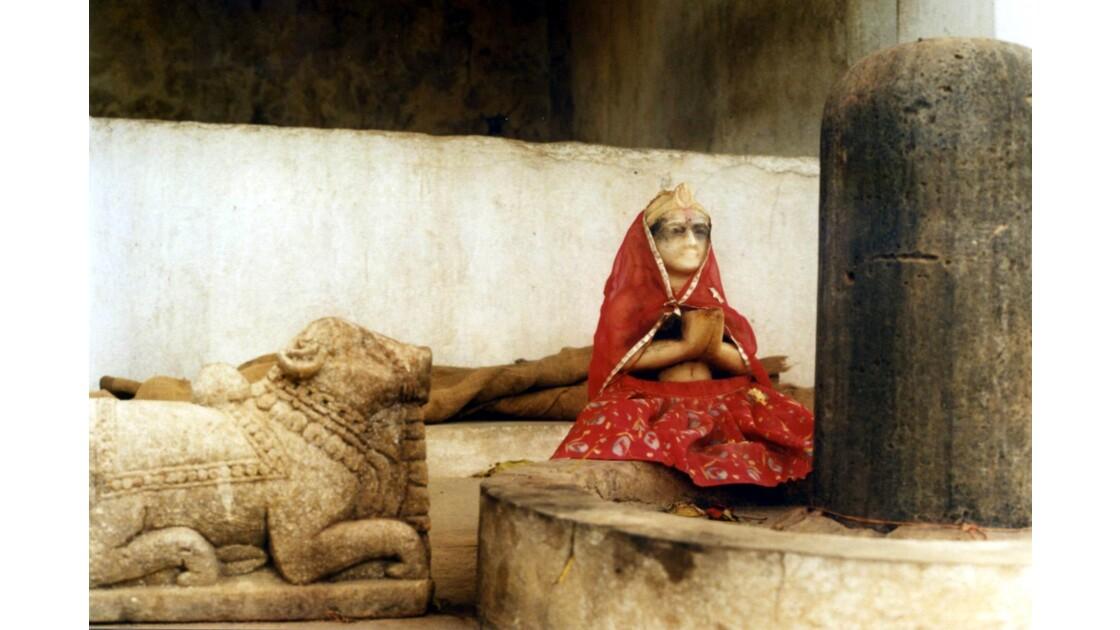 Nandu, la statuette et Shiva Linga