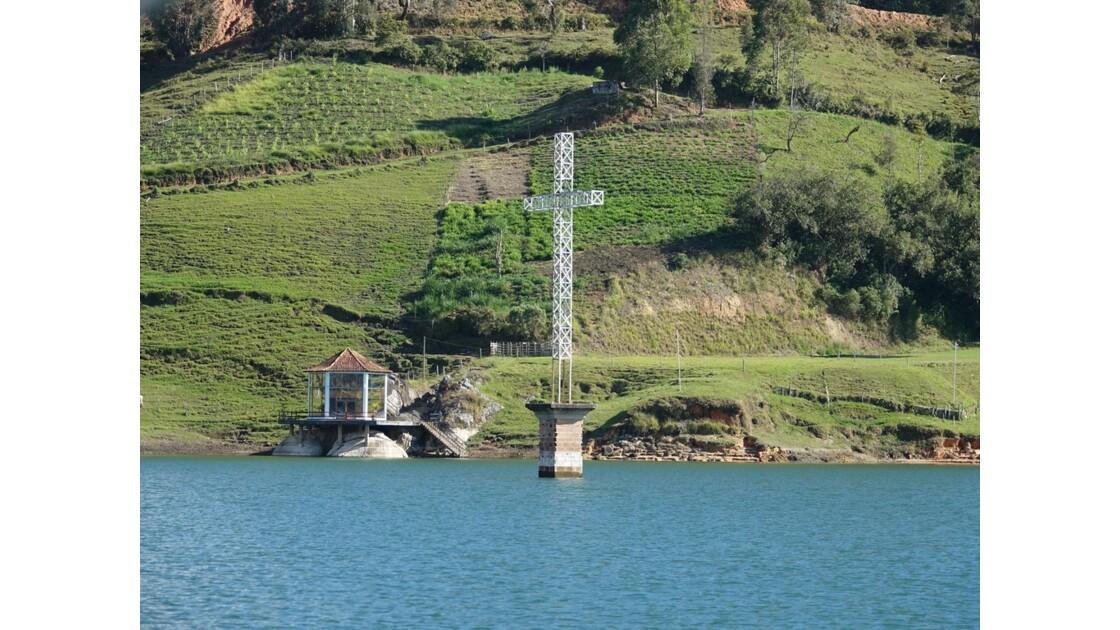Colombie Croix de l'église du village El Peñol englouti