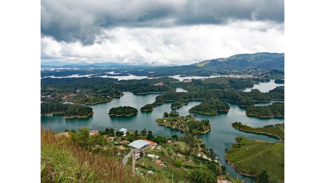 Colombie Guayapé Le lac vu de la Pierra del Penol 1