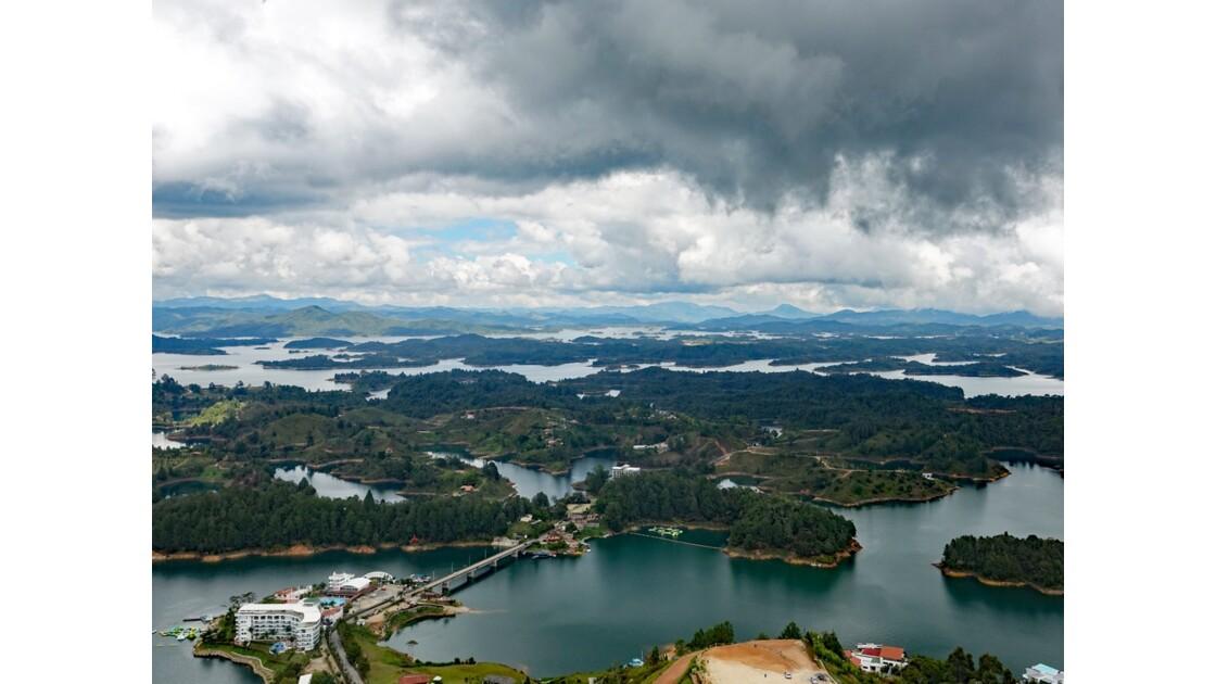 Colombie Guayapé Le lac vu de la Pierra del Penol 6