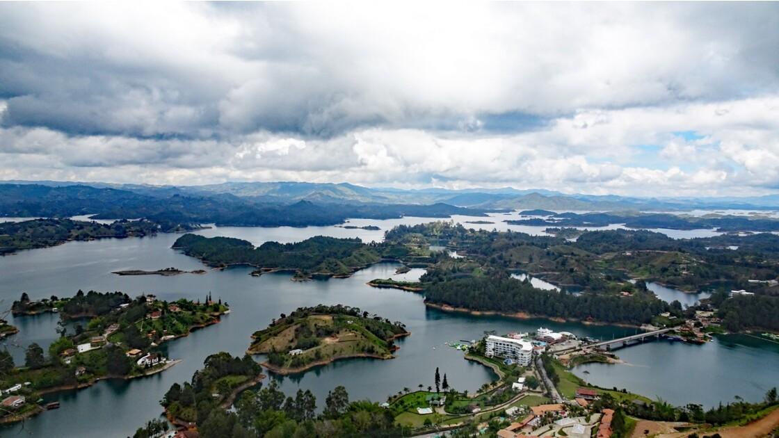 Colombie Guayapé Le lac vu de la Pierra del Penol 8