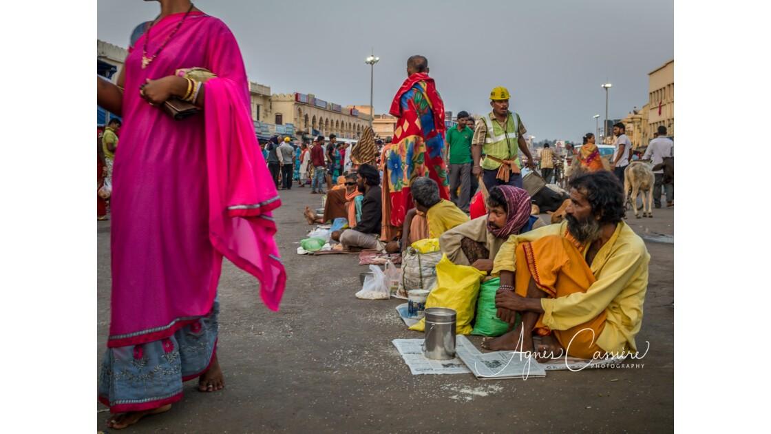 Mendiants autour du temple