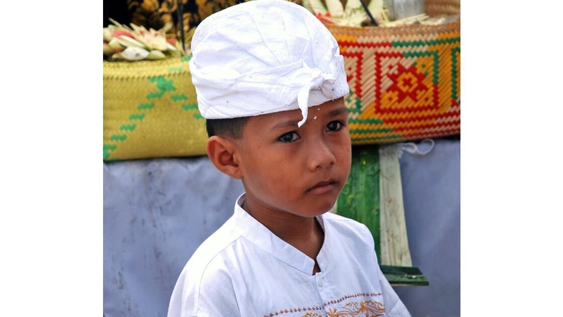 Garçon Balinais en tenue traditionnelle