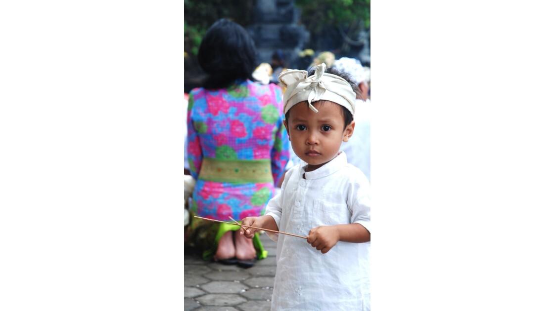 Enfant en tenue traditionnelle