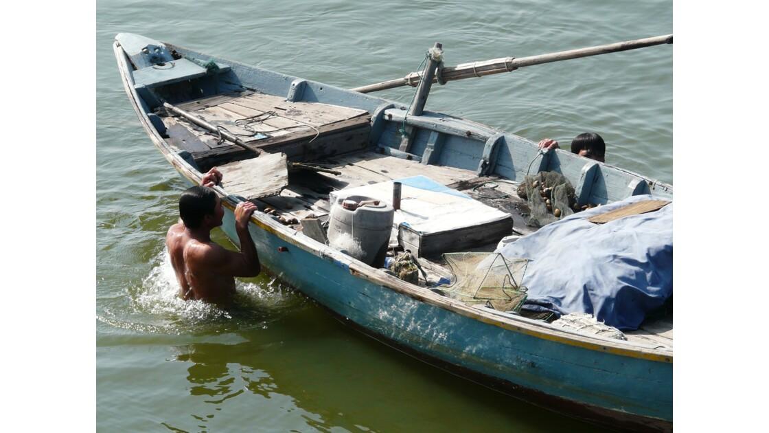 Barque de pêche sur le canal
