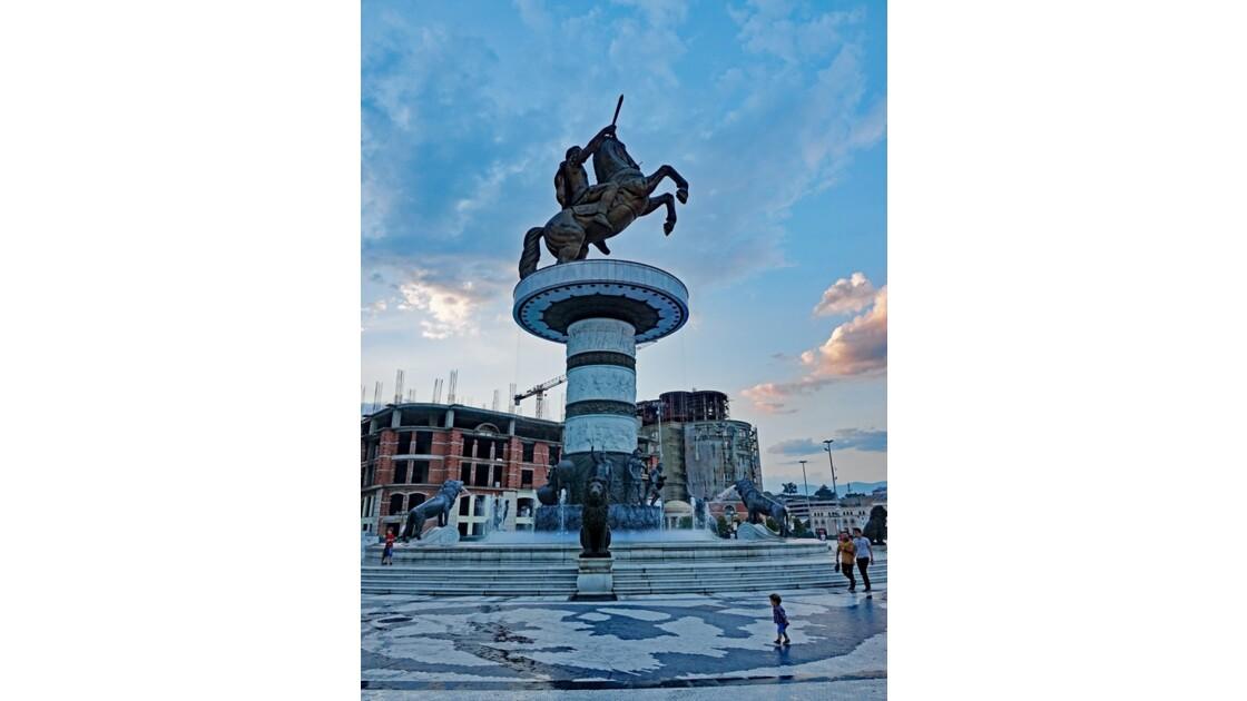 Macédoine Skopje L'enfant devant la Statue du Guerrier à cheval