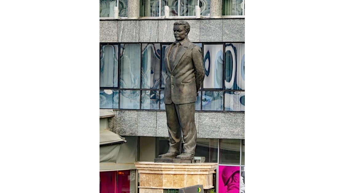 Macédoine Skopje Statue de Nexhat Agolli