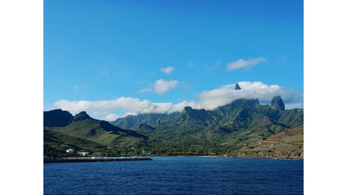 Les Marquises - Ua Pou Entrée dans la baie de Hakahau 2