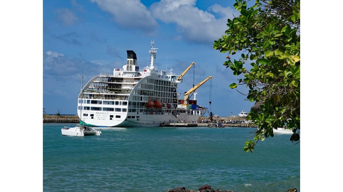 Les Marquises - Ua Pou Hakahau L'Aranui à quai 6