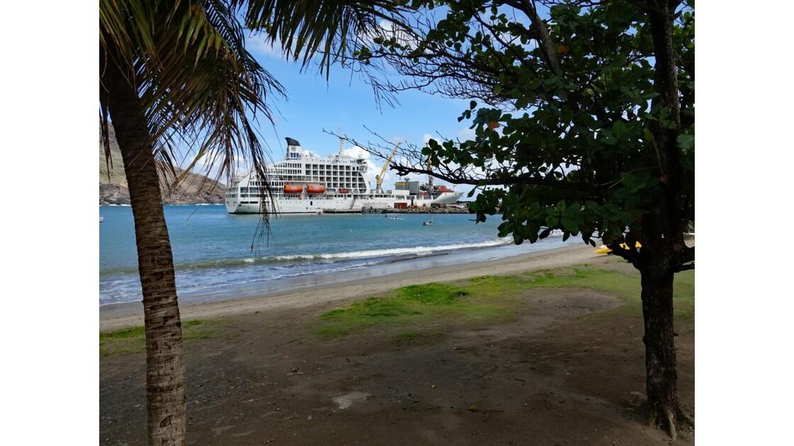 Les Marquises - Ua Pou Hakahau L'Aranui à quai 8