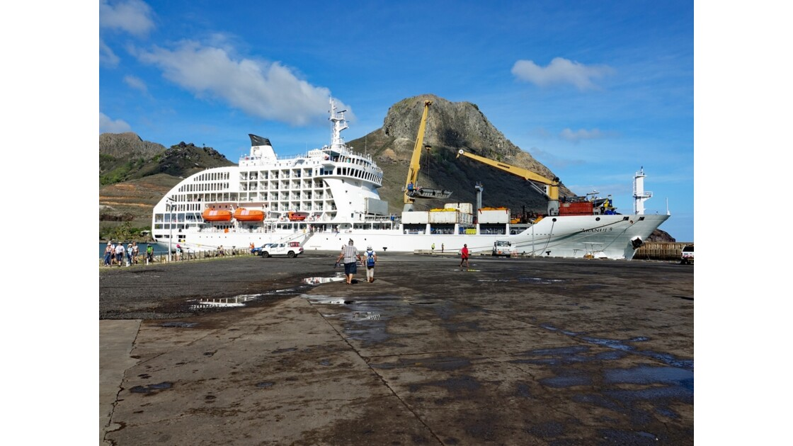 Les Marquises - Ua Pou Hakahau L'Aranui à quai 2