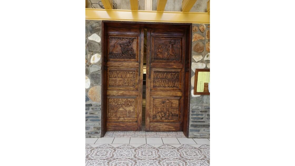 Les Marquises - Ua Pou Hakahau La porte de l'église St-Etienne 1