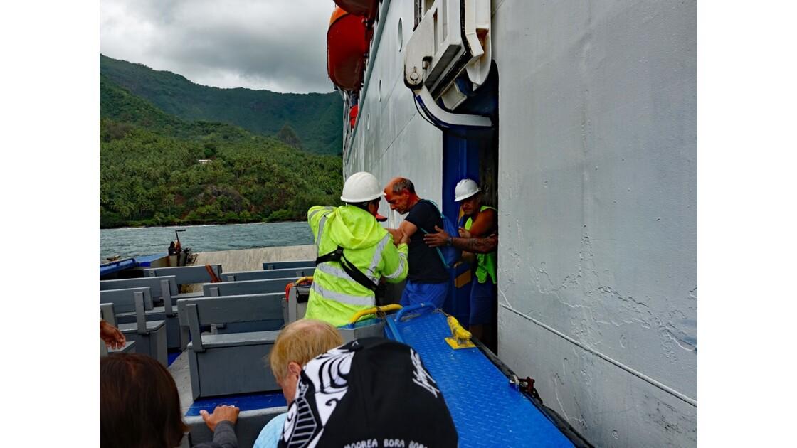 Les Marquises - Hiva Oa Puamau Embarquement dans les barges