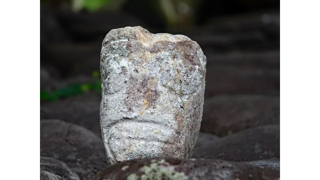 Les Marquises - Hiva Oa Site sacré de Te l'ipona Tête deTiki 1