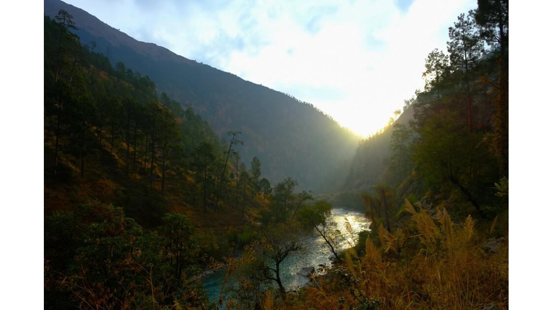 L'aube sur lève sur la rivière Karnali