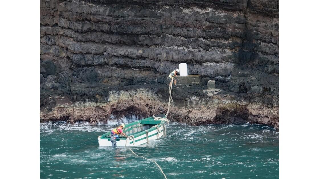 Les Marquises Ua Huka - baie de Vaipaee - Amarrage de l'Aranui 2