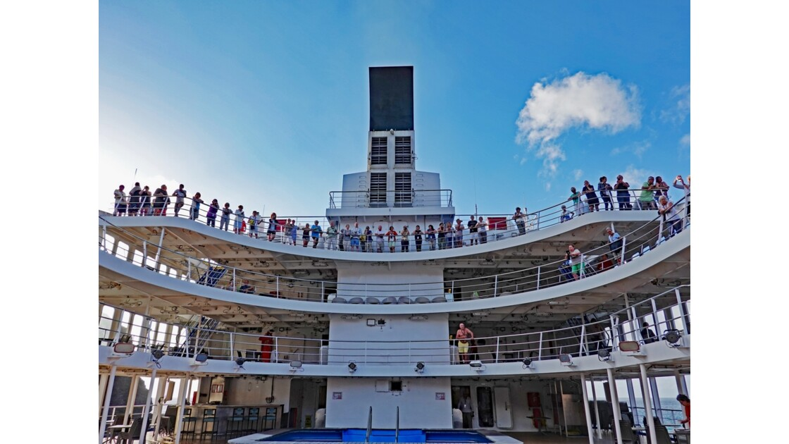Les Marquises Ua Huka - Passagers suivant la manoeuvre de L'Aranui