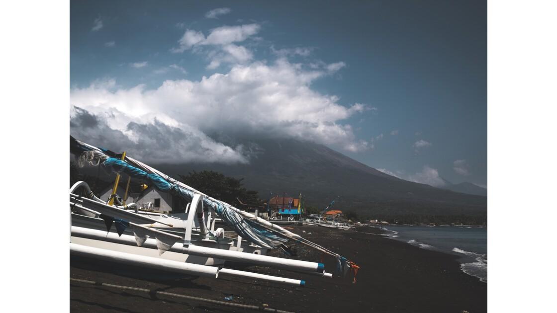 Mont Agung depuis une plage d'Amed