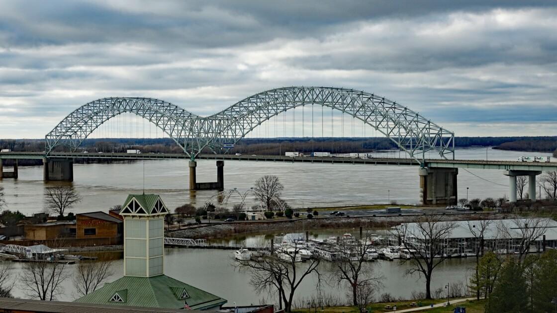 Memphis Hernando de Soto Bridge Le soir 2