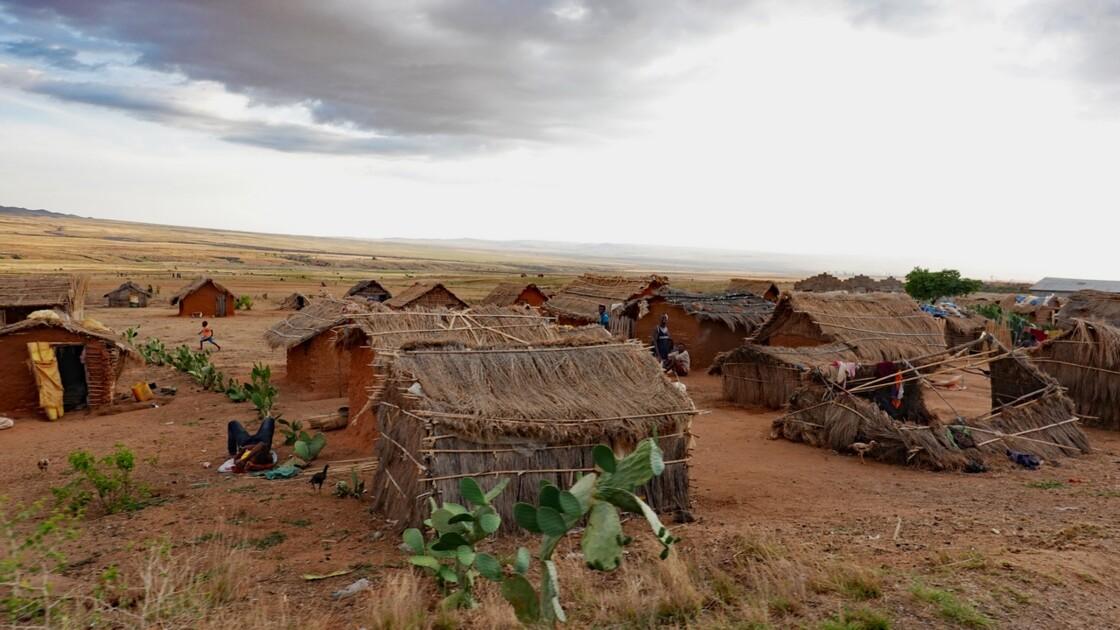 Madagascar RN 7 Village minier avant Ilakaka 2