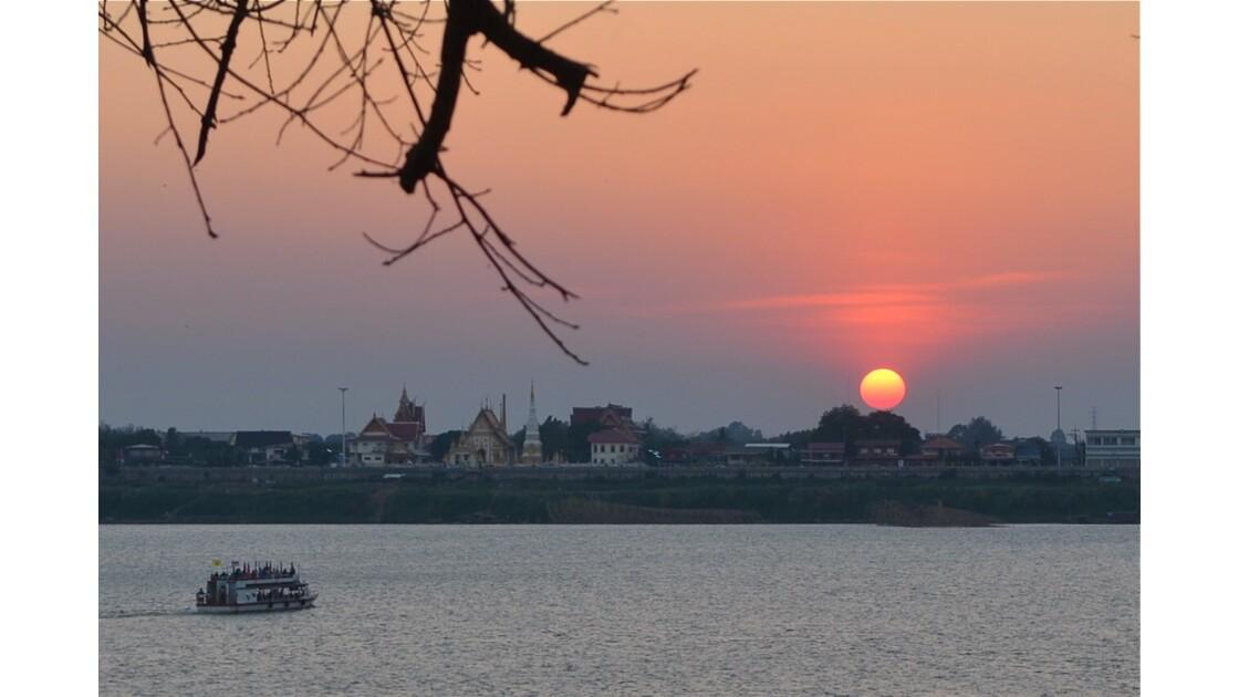 Soleil couchant sur Nakhom Phanom