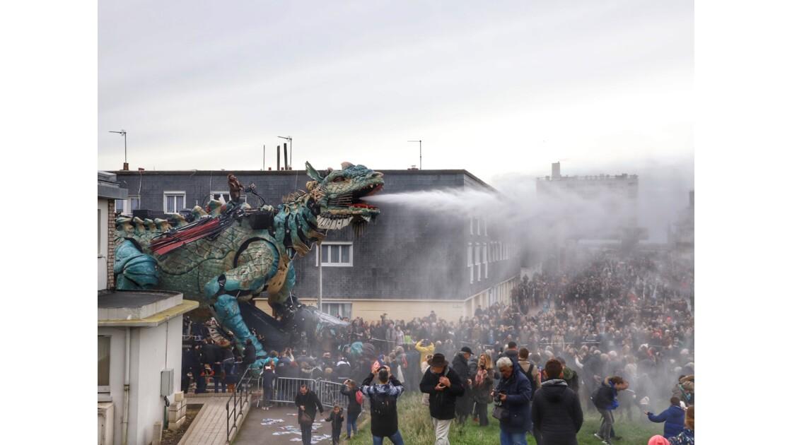 Dragon devant le phare de Calais