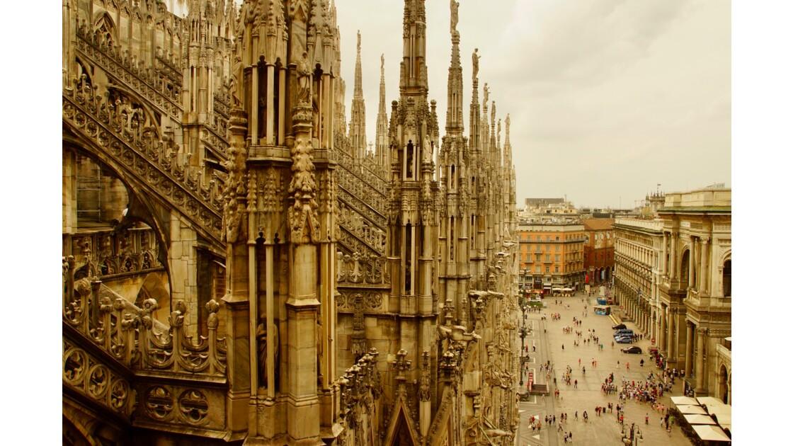 Vue sur les toits et sculptures du Duomo de Milan