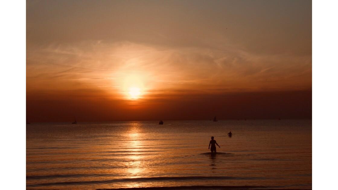 Coucher se soleil et bain de minuit  sur la mer Baltique.