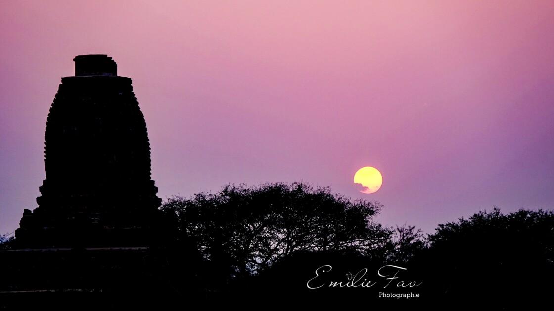 Coucher de soleil sur un temple de Bagan
