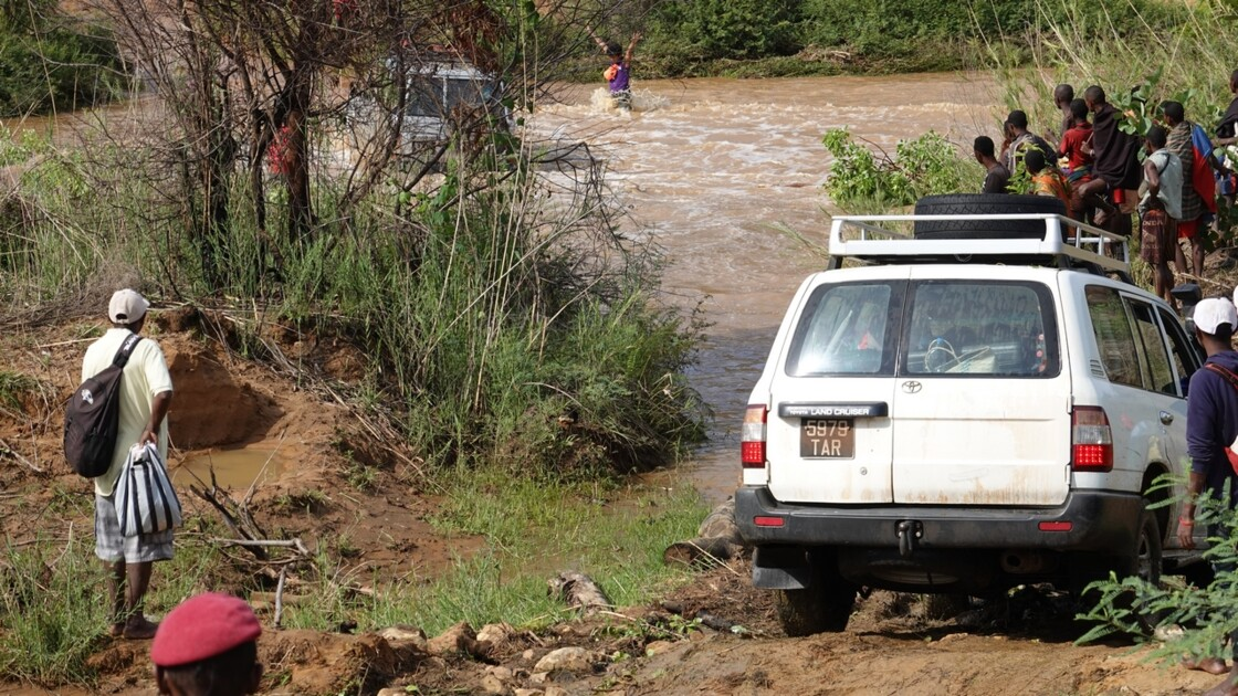 Madagascar Piste de Manja Passage de gué 7