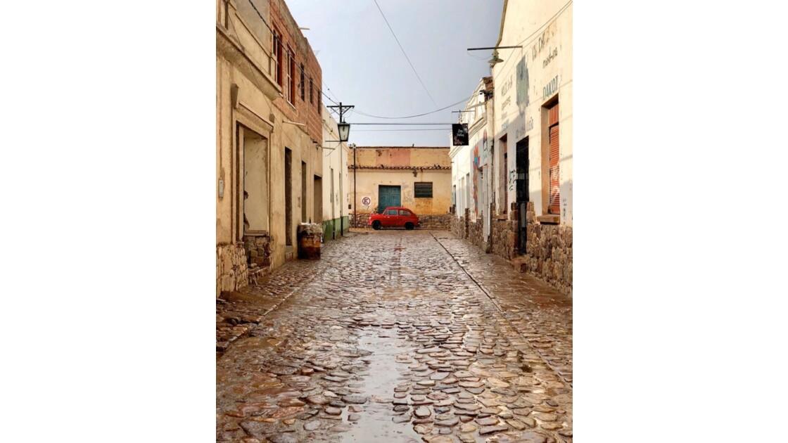 Rue pavée après la pluie