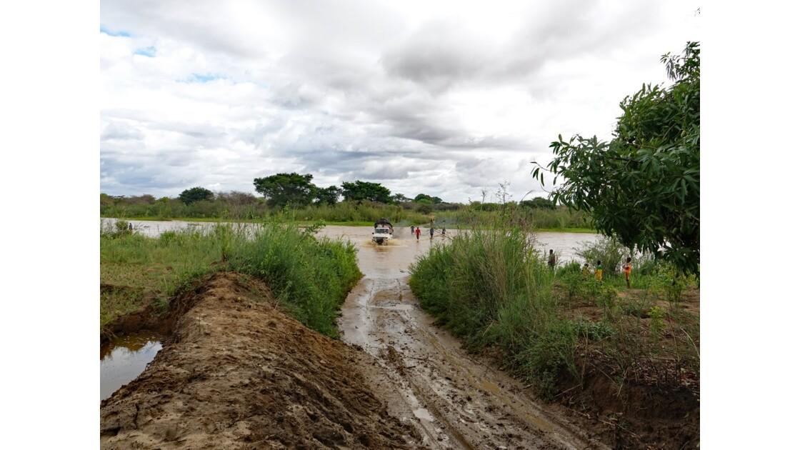 Madagascar Piste de Manja Passage de gué 3