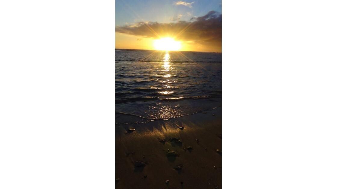 Étincelles d'eau au soleil couchant