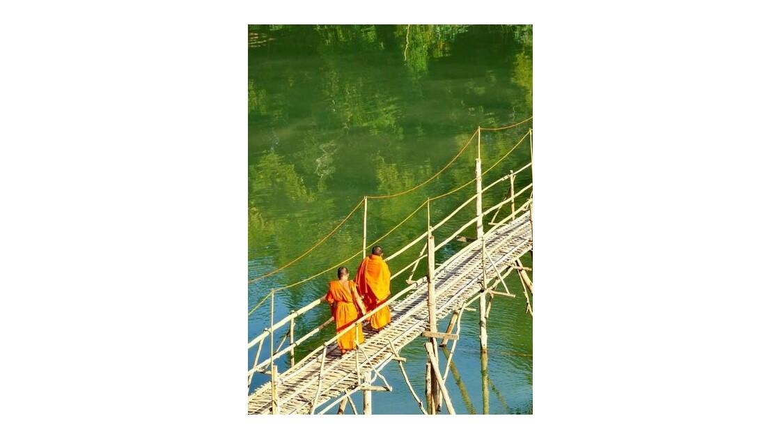 Traversée du pont par des moines