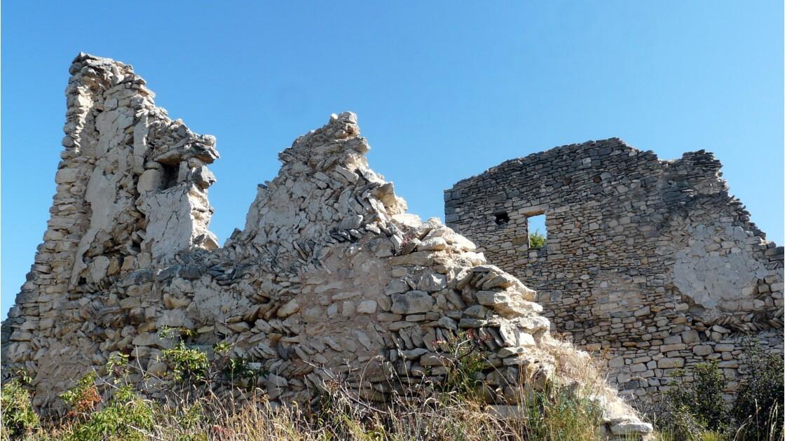 Les ruines de l'ancien village avec ses murs construits en arêtes de poisson
