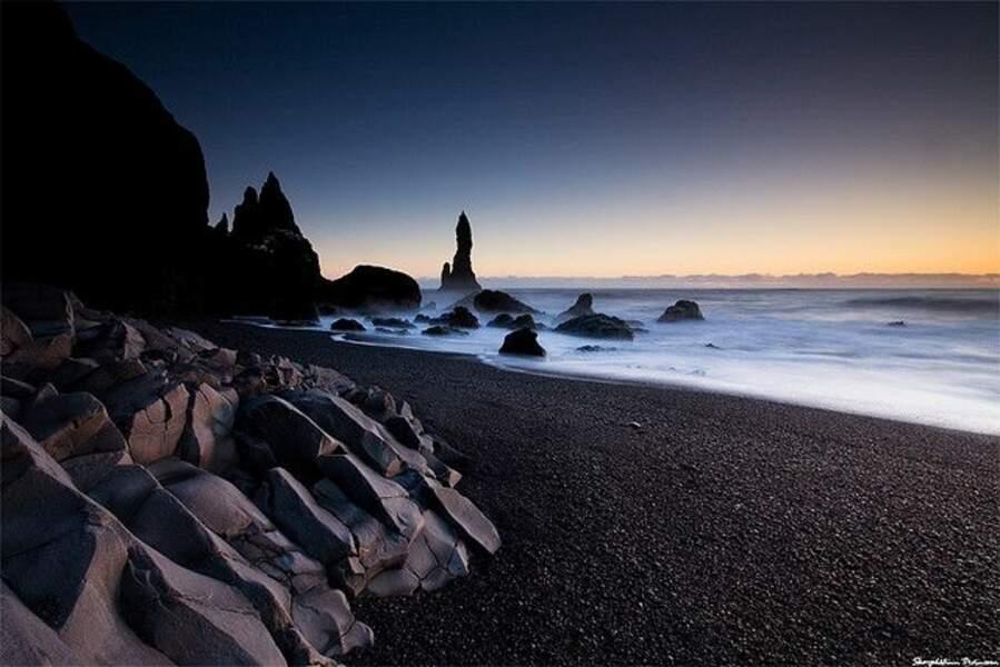 La plage de sable noir de Vík í Mýrdal