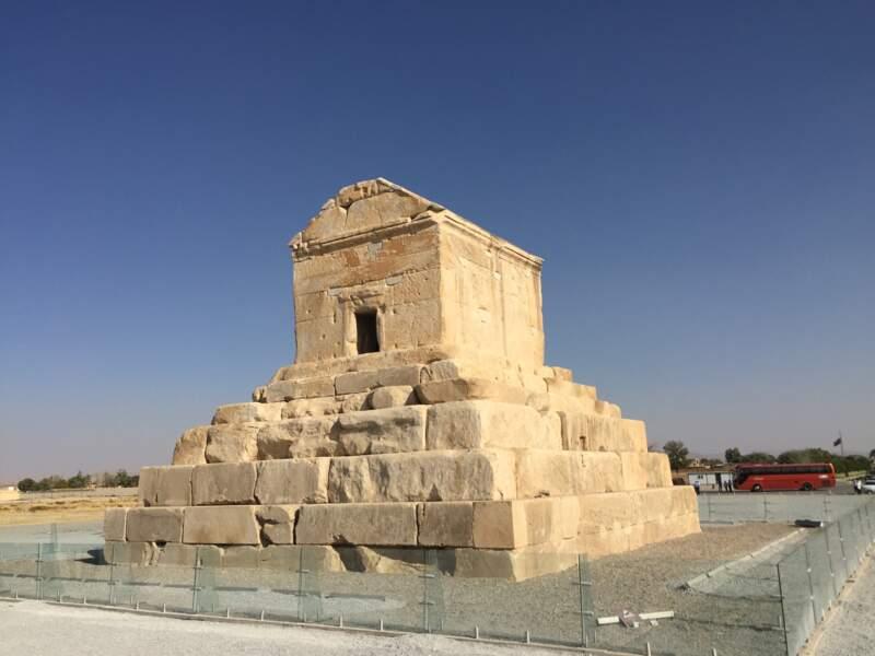 Tombeau de Cyrus à Pasargades