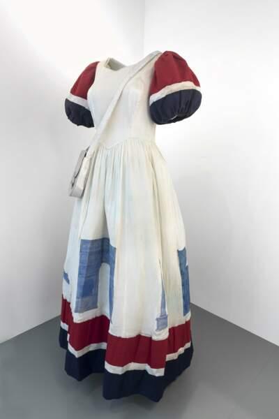 Robe tricolore décorée avec des monuments parisiens, 26 août 1944