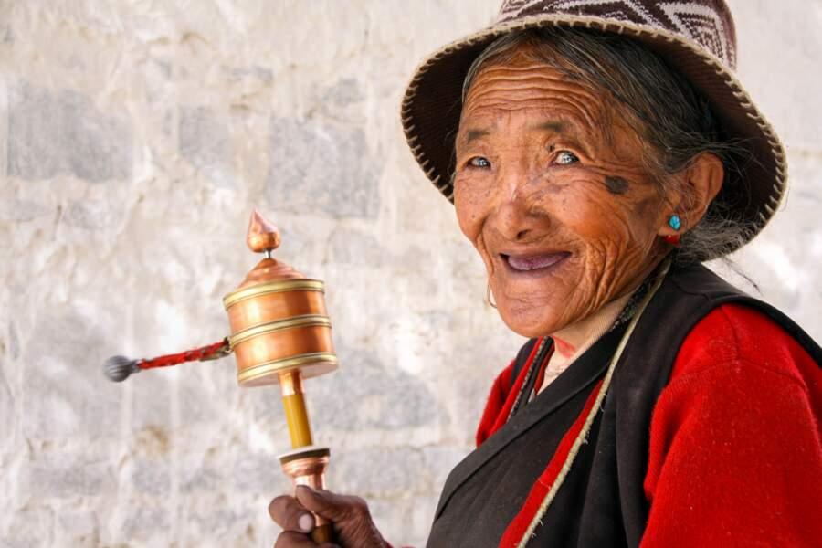 La vieille dame au moulin, monastère de Gyantse, au Tibet