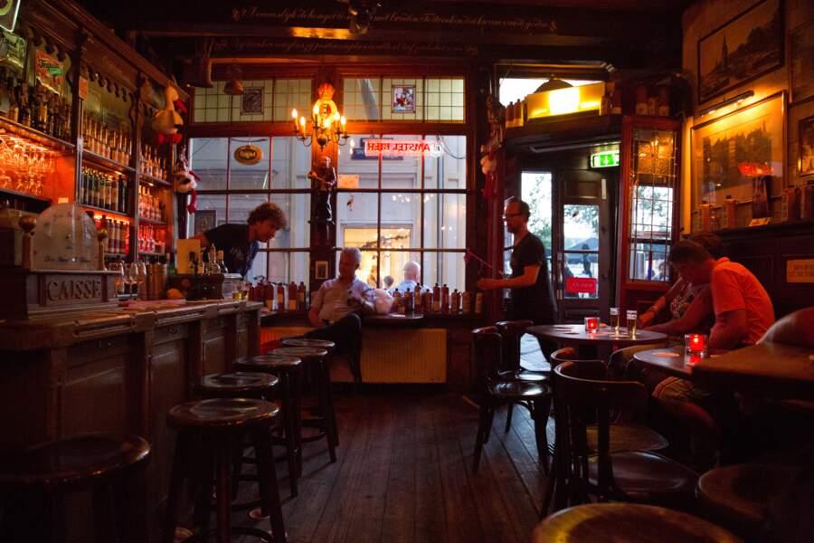 S'attarder dans un café brun d'Amsterdam