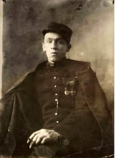 « Blaise Cendrars après son amputation, en uniforme de légionnaire avec ses décorations », 1916