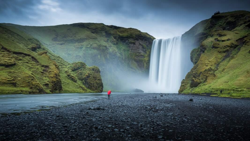La cascade de Skogafoss, au sud de l'Islande, est l'une des plus belles du pays