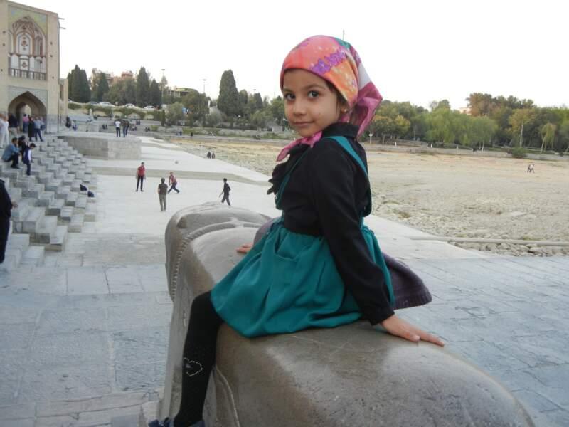 Fillette près du pont Khaju, à Ispahan