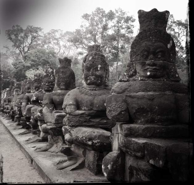 Asuras (démons) gardant la porte d'Angkor Thom